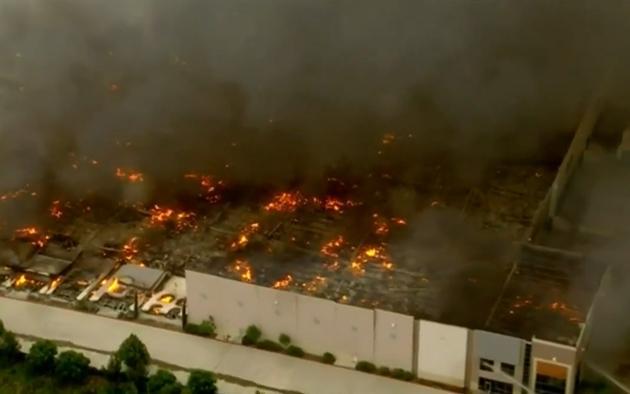 Hỏa hoạn thiêu rụi kho hàng khổng lồ 1,1 triệu m2 của Amazon ở Mỹ-3