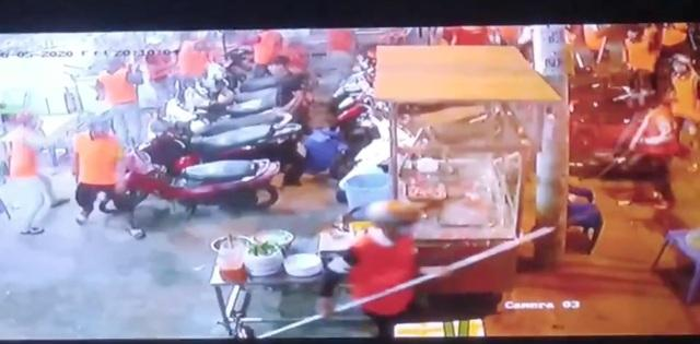 Clip: Gần 200 thanh niên cầm hung khí đánh người, đập phá quán ốc, náo loạn Sài Gòn-2