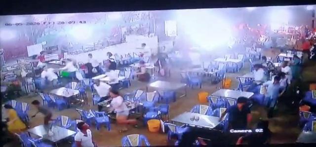 Clip: Gần 200 thanh niên cầm hung khí đánh người, đập phá quán ốc, náo loạn Sài Gòn-1