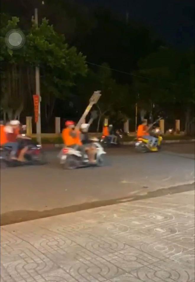 Clip: Gần 200 thanh niên cầm hung khí đánh người, đập phá quán ốc, náo loạn Sài Gòn-4