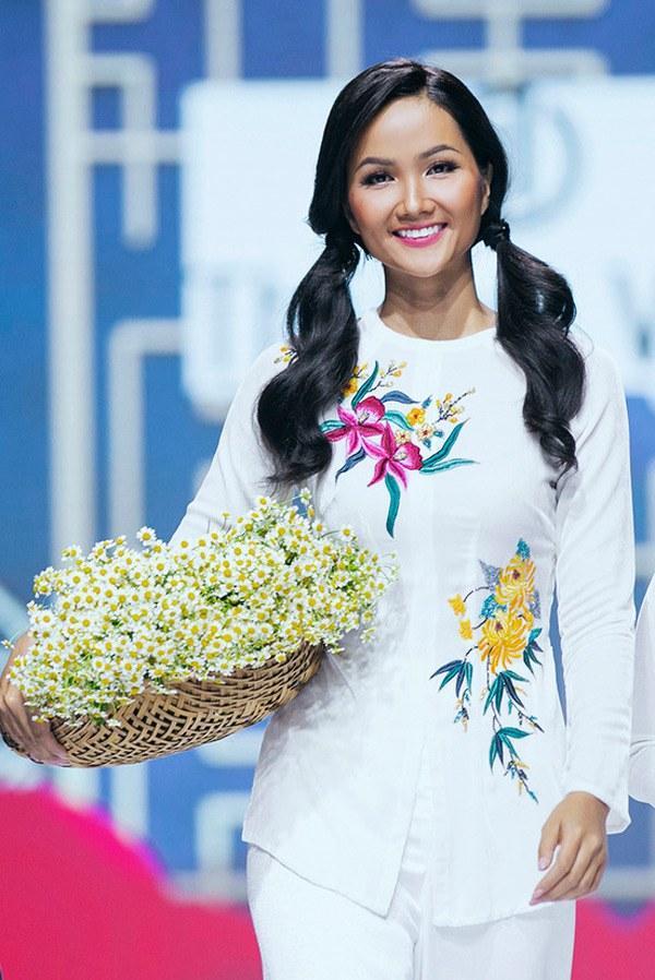 Chiếc áo bà ba biến phái đẹp trở nên dịu dàng đoan trang, kể cả Chi Pu hay Ngọc Trinh-9