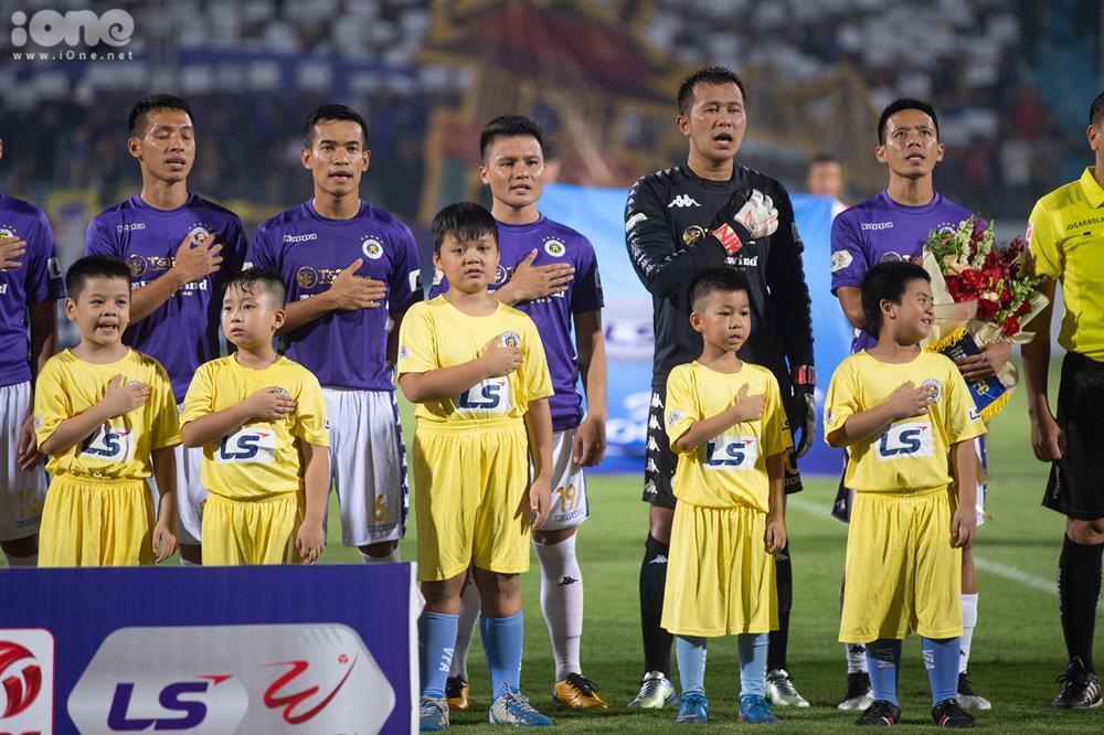 Huỳnh Anh mặc áo Hà Nội FC cổ vũ Quang Hải-1