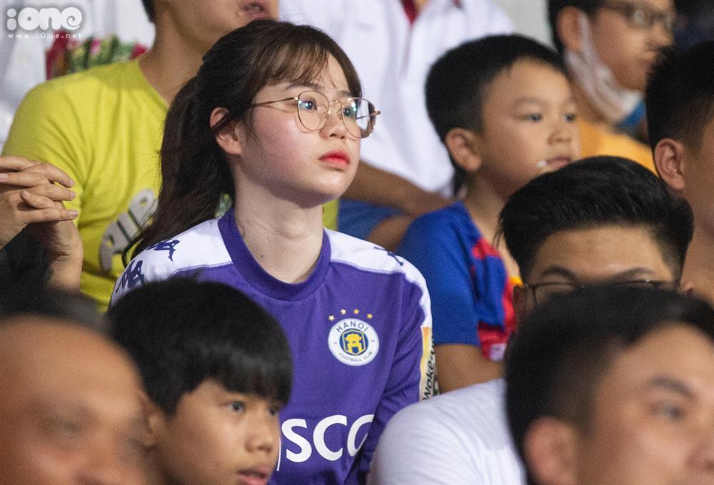 Huỳnh Anh mặc áo Hà Nội FC cổ vũ Quang Hải-2