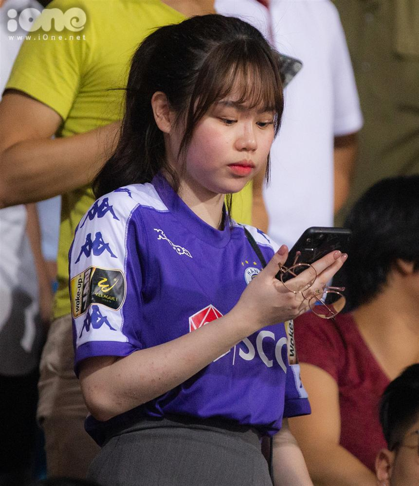 Huỳnh Anh mặc áo Hà Nội FC cổ vũ Quang Hải-3