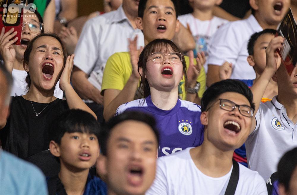 Huỳnh Anh mặc áo Hà Nội FC cổ vũ Quang Hải-4