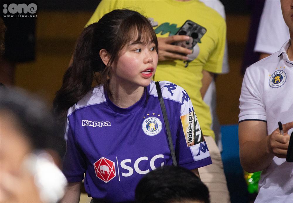 Huỳnh Anh mặc áo Hà Nội FC cổ vũ Quang Hải-5