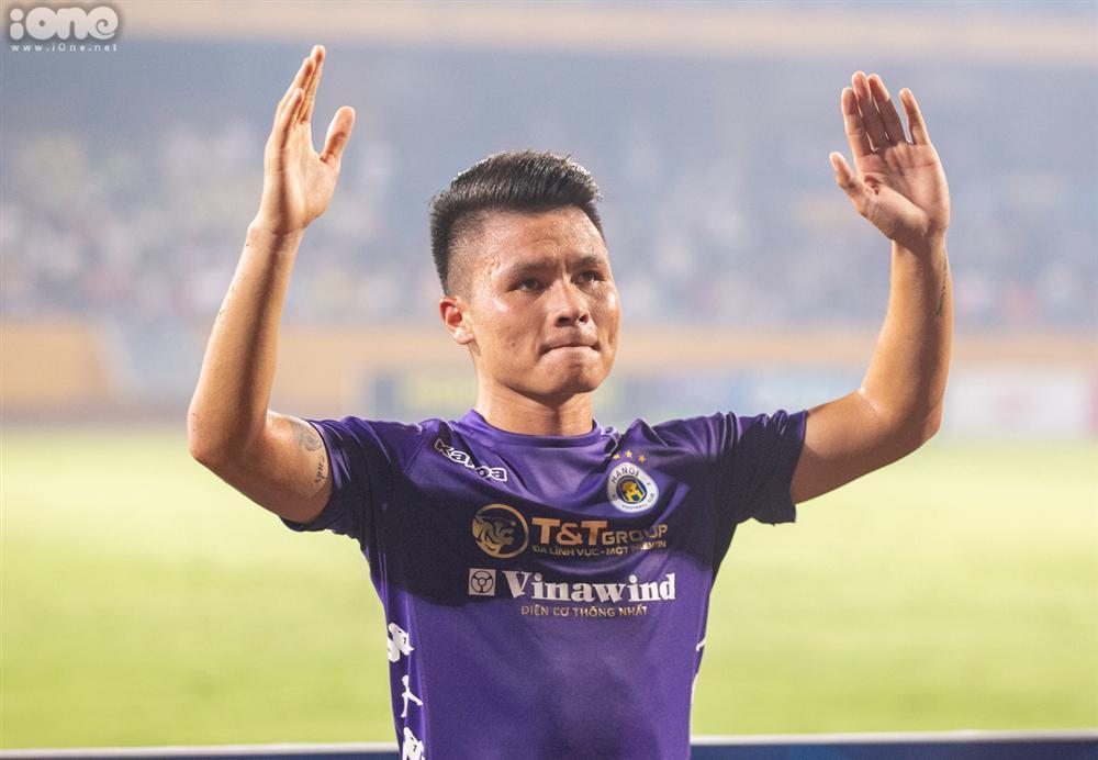 Huỳnh Anh mặc áo Hà Nội FC cổ vũ Quang Hải-6