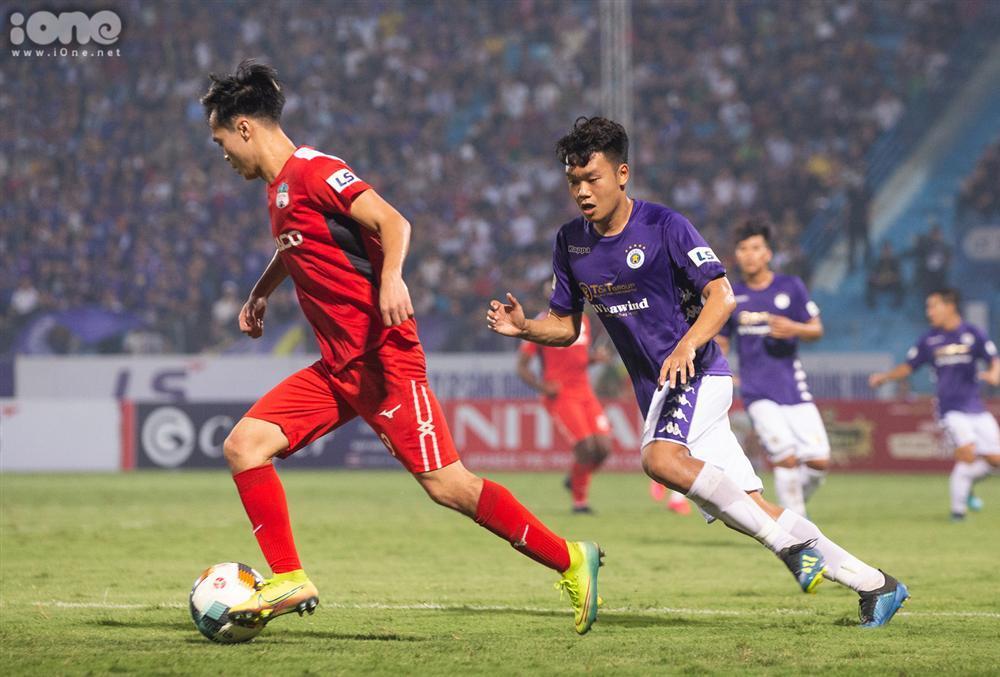 Huỳnh Anh mặc áo Hà Nội FC cổ vũ Quang Hải-7