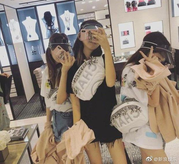 Con gái Vương Phi dùng toàn đồ hiệu, mua sắm không tiếc tiền ở tuổi 14-3