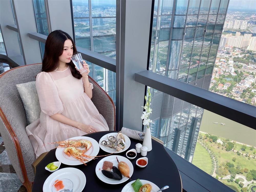 Á hậu Thúy Vân đăng loạt ảnh mặc váy thùng thình như bà bầu đích thực-3
