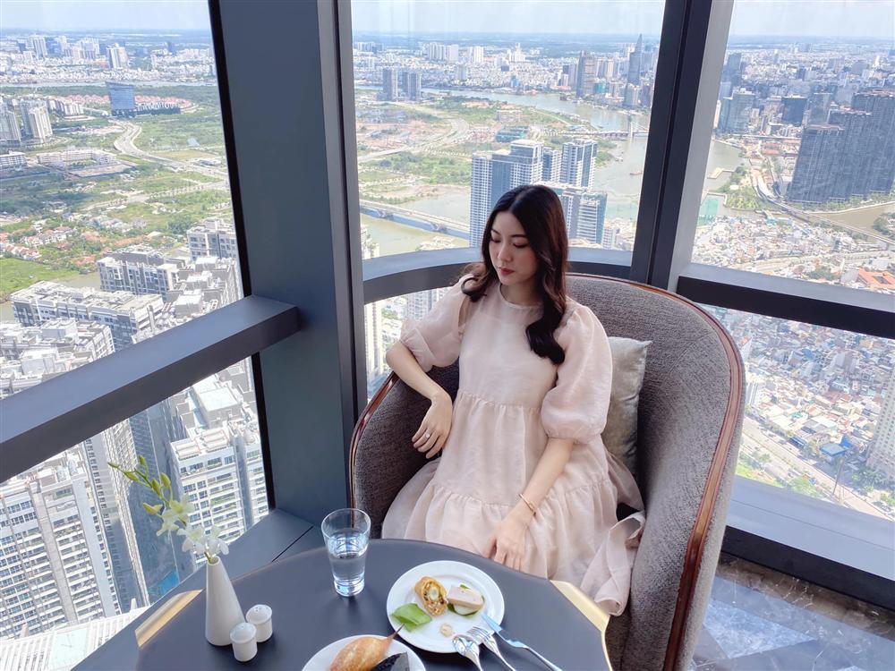 Á hậu Thúy Vân đăng loạt ảnh mặc váy thùng thình như bà bầu đích thực-5