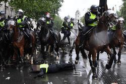Nữ cảnh sát bị ngã văng khỏi ngựa trong cuộc biểu tình ở London