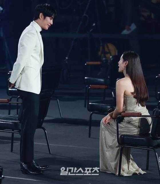 Khoảnh khắc bạn diễn nam kiên nhẫn chờ Son Ye Jin soi gương-1