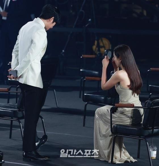 Khoảnh khắc bạn diễn nam kiên nhẫn chờ Son Ye Jin soi gương-2