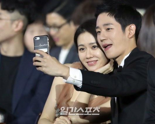 Khoảnh khắc bạn diễn nam kiên nhẫn chờ Son Ye Jin soi gương-3