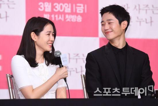 Khoảnh khắc bạn diễn nam kiên nhẫn chờ Son Ye Jin soi gương-4