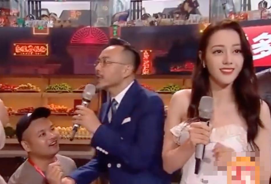 Địch Lệ Nhiệt Ba hoảng hốt khi fan cuồng lao lên sân khấu cầu hôn-3