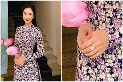 Hòa Minzy mặc áo dài thướt tha, dân mạng chỉ chú ý nhẫn kim cương 'khủng'