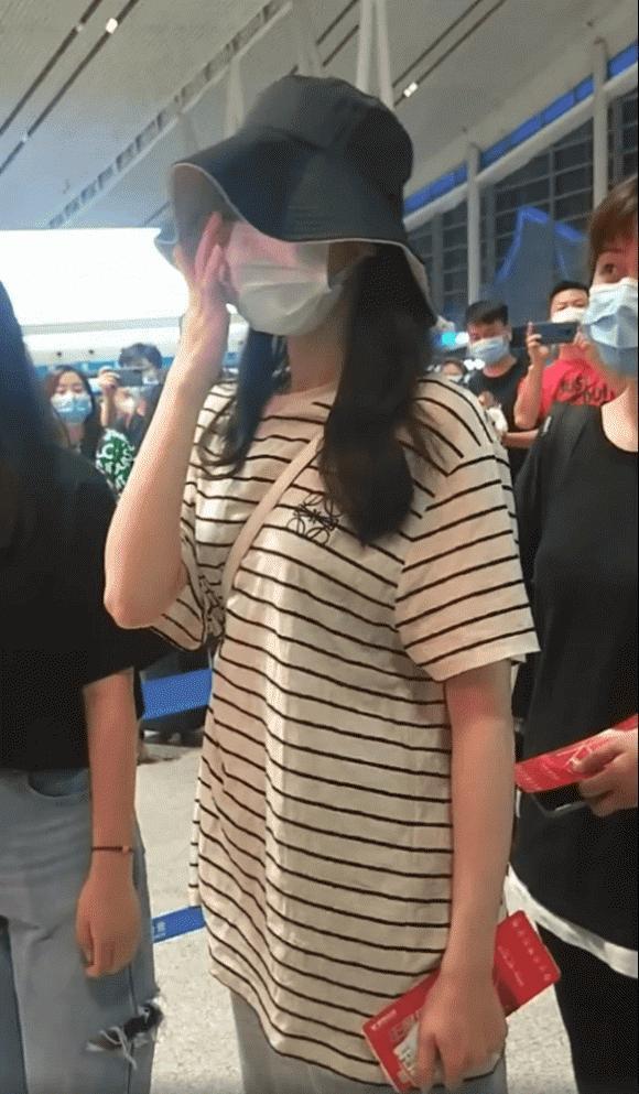 Mỹ nhân Tân Cương Địch Lệ Nhiệt Ba xuất hiện tiều tụy sau khi bị fan cuồng xông lên sân khấu cầu hôn-3