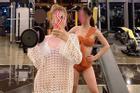 Mặc hở hang tới phòng gym, 2 cô gái trẻ chơi mốt 'thời trang phang hoàn cảnh'