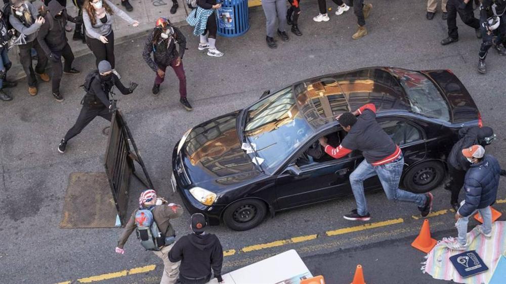Người đàn ông lao vào giữa đám đông biểu tình ở Seattle và... bắn-1
