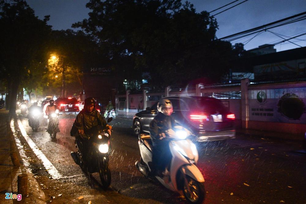 Cơn mưa vàng giải nhiệt Hà Nội sau chuỗi ngày oi bức-4