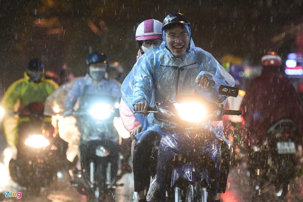Cơn mưa vàng giải nhiệt Hà Nội sau chuỗi ngày oi bức-5
