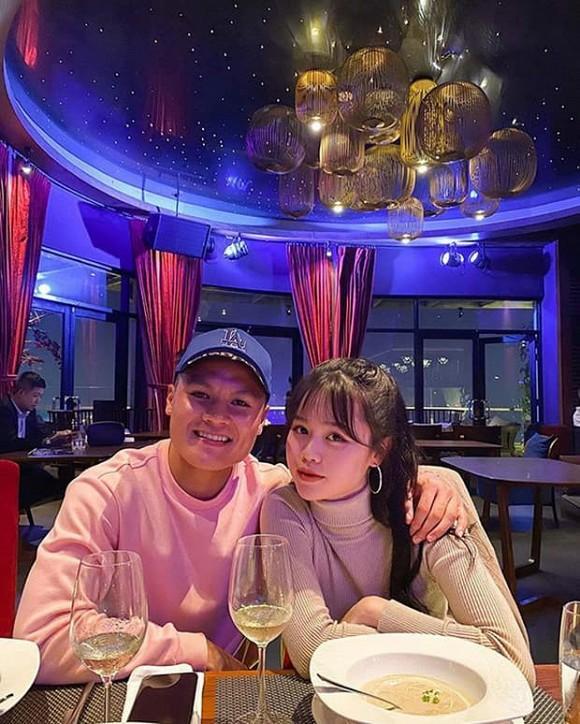Quang Hải tặng Huỳnh Anh bó hoa hồng siêu khổng lồ nhân dịp một tháng yêu nhau - ảnh 1