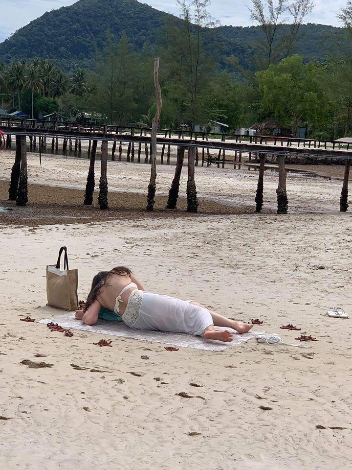Cặp trai gái đua nhau bắt sao biển vô tội vạ ở Phú Quốc chỉ để thỏa mãn sống ảo-2