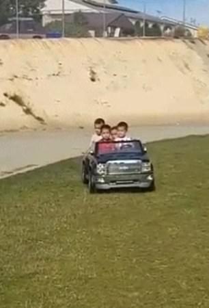 Để 4 đứa con nhỏ lái ô tô đồ chơi mà không có giấy phép lái xe, bà mẹ bị mắng xơi xơi-2