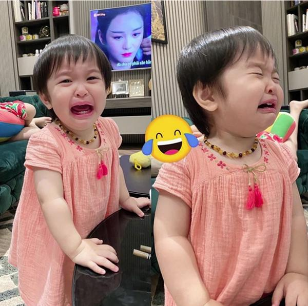 Hằng Túi đăng ảnh bé Sam mếu máo nhận vạn like, biết lý do hội chị em khóc theo vì mùa hè nhà ai cũng khổ y vậy-1