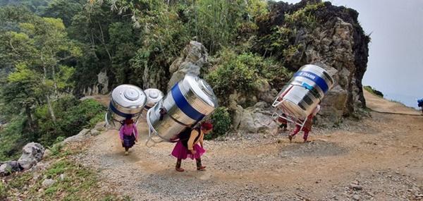 Sự thật về hình ảnh phụ nữ vùng cao cõng bồn nước lên núi-1