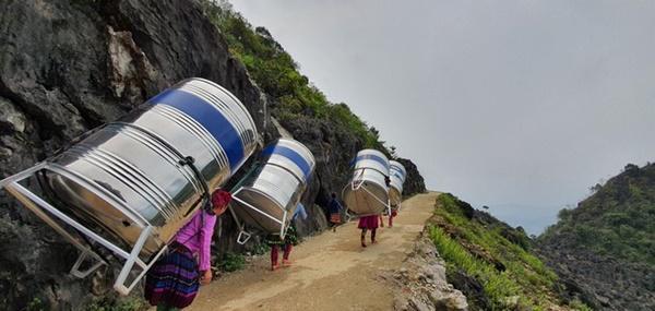 Sự thật về hình ảnh phụ nữ vùng cao cõng bồn nước lên núi-2