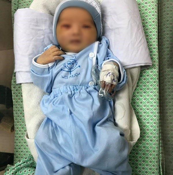 Bé sơ sinh bị bỏ rơi ở hố ga giữa trời nắng 40 độ: Đôi mắt đã hé mở, vẫn phải điều trị viêm ruột-1