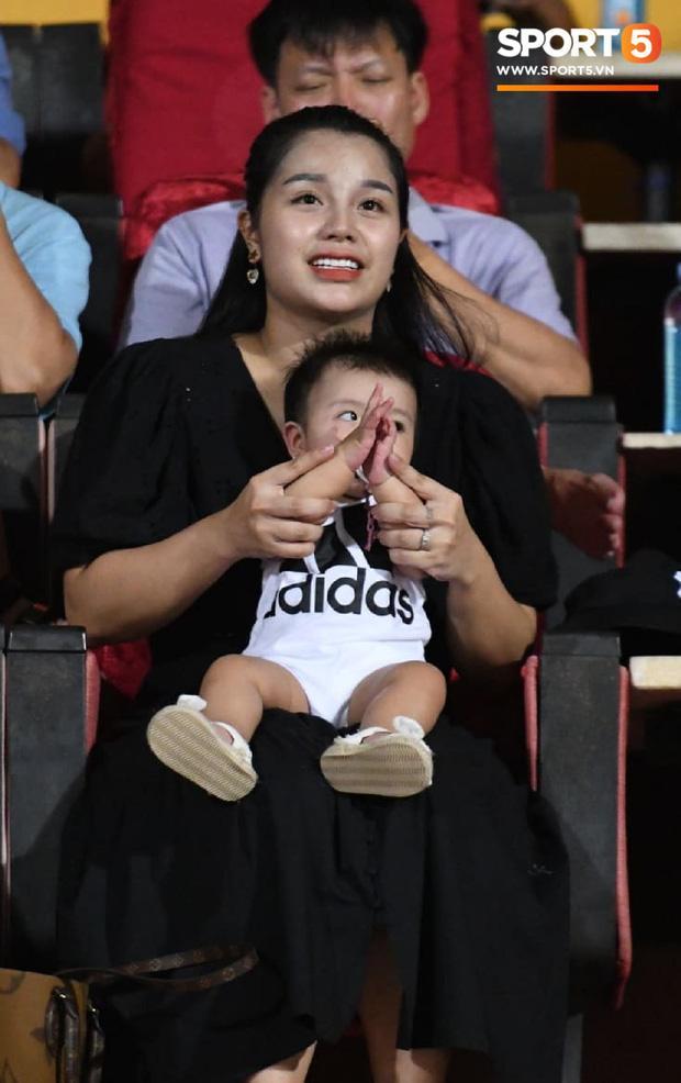 HLV Park Hang Seo ân cần bế con gái Bùi Tiến Dũng nhưng cô bé lại mếu máo đòi mẹ-3