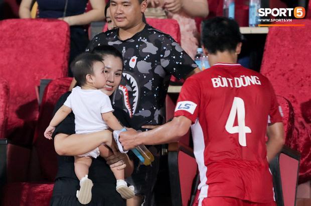 HLV Park Hang Seo ân cần bế con gái Bùi Tiến Dũng nhưng cô bé lại mếu máo đòi mẹ-4
