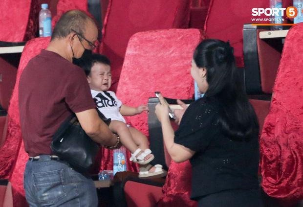 HLV Park Hang Seo ân cần bế con gái Bùi Tiến Dũng nhưng cô bé lại mếu máo đòi mẹ-5