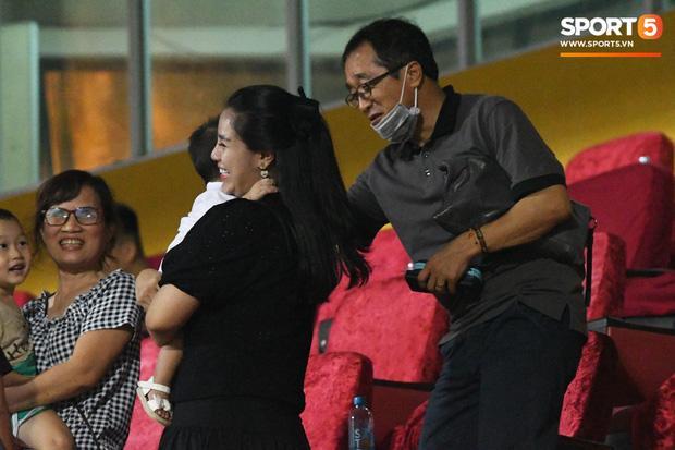 HLV Park Hang Seo ân cần bế con gái Bùi Tiến Dũng nhưng cô bé lại mếu máo đòi mẹ-6