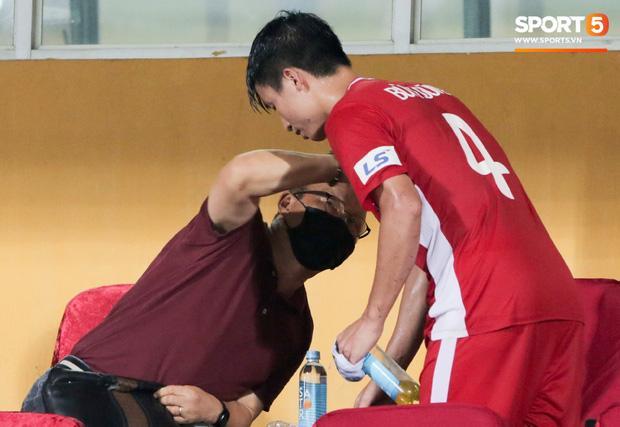 HLV Park Hang Seo ân cần bế con gái Bùi Tiến Dũng nhưng cô bé lại mếu máo đòi mẹ-8