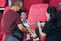 HLV Park Hang Seo ân cần bế con gái Bùi Tiến Dũng nhưng cô bé lại 'mếu máo' đòi mẹ