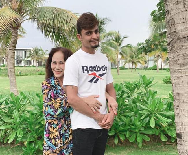 Cô dâu Việt 65 tuổi ở Đồng Nai khoe ảnh con gái thân thiết với cha dượng 28 tuổi-1