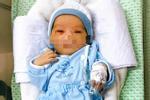Bé trai bị bỏ rơi ở hố gas bị nhiễm trùng máu, phải thở máy