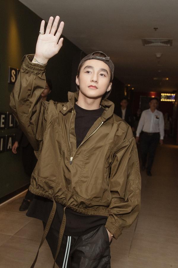 CLIP: Sơn Tùng M-TP diện cả cây đen chất ngầu, khiến fan Đà Nẵng náo loạn-2
