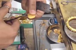 Quá trình làm một chiếc vòng tay tinh xảo từ một miếng vàng