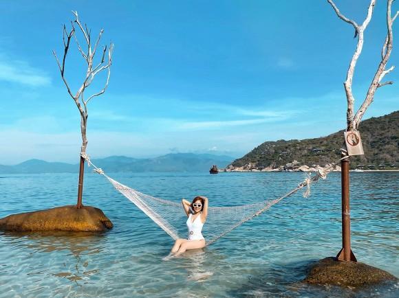 Trâm Anh đốt mắt với loạt ảnh bikini một mảnh trên biển sau nghi án kết hôn-1