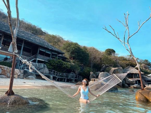 Trâm Anh đốt mắt với loạt ảnh bikini một mảnh trên biển sau nghi án kết hôn-2
