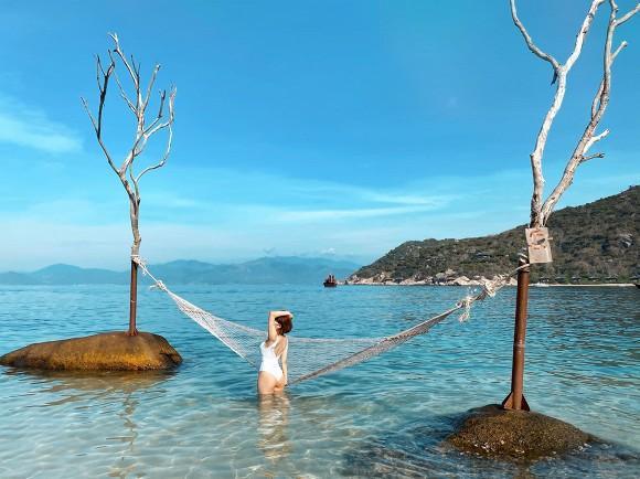 Trâm Anh đốt mắt với loạt ảnh bikini một mảnh trên biển sau nghi án kết hôn-3