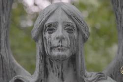 Bức tượng 'khóc ra nước mắt đen' bí ẩn trong nghĩa trang