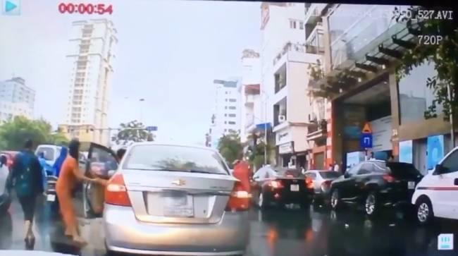 Clip: Thanh niên dừng xế hộp giữa đường để thó chùm vải của cô bán hàng rong gặp nạn-2