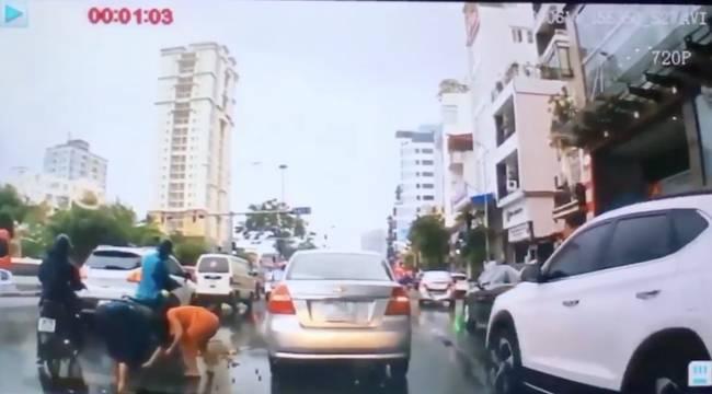 Clip: Thanh niên dừng xế hộp giữa đường để thó chùm vải của cô bán hàng rong gặp nạn-3